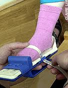 childrens_shoe_fitting.jpg (5796 bytes)
