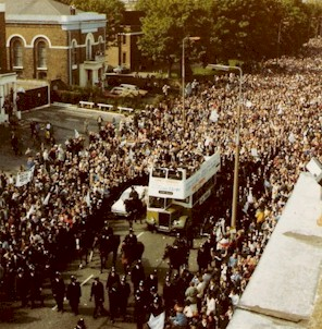 spurs_1981_procession_high_road.jpg (47391 bytes)